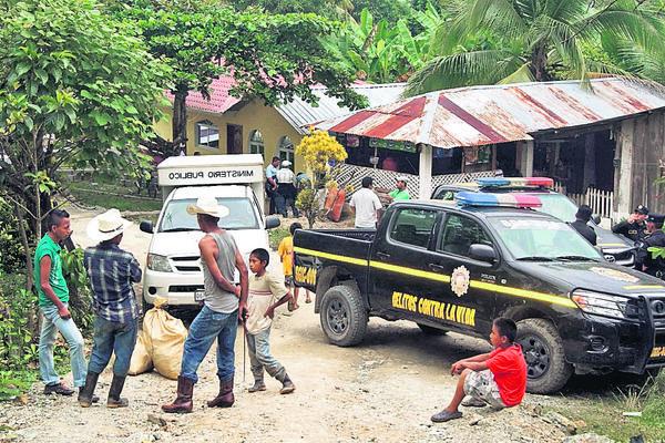 MP y PNC hacen las investigaciones, luego de haberse cometido la matanza de siete personas  en tres aldeas de Morales, Izabal, donde la noche del viernes ingresó un grupo armado. (Foto Prensa Libre: Edwin Perdomo)