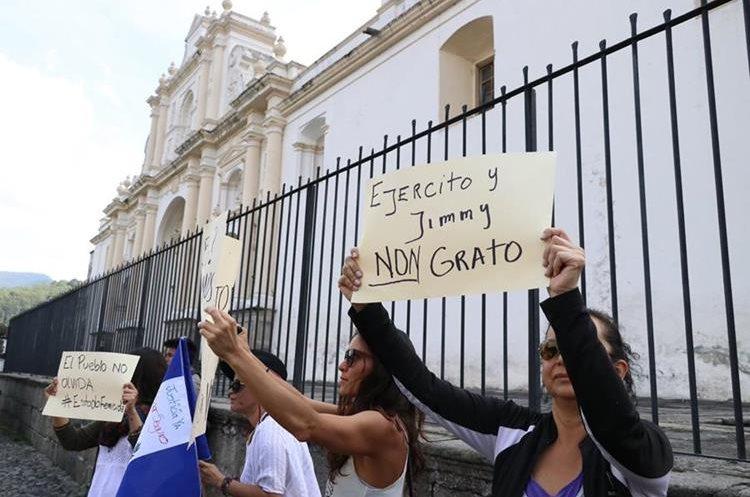 Los manifestantes piden a la comisión pesquisidora agilizar el proceso para retirarle la imnunidad al presidente de la República. (Foto Prensa Libre: Renato Melgar)