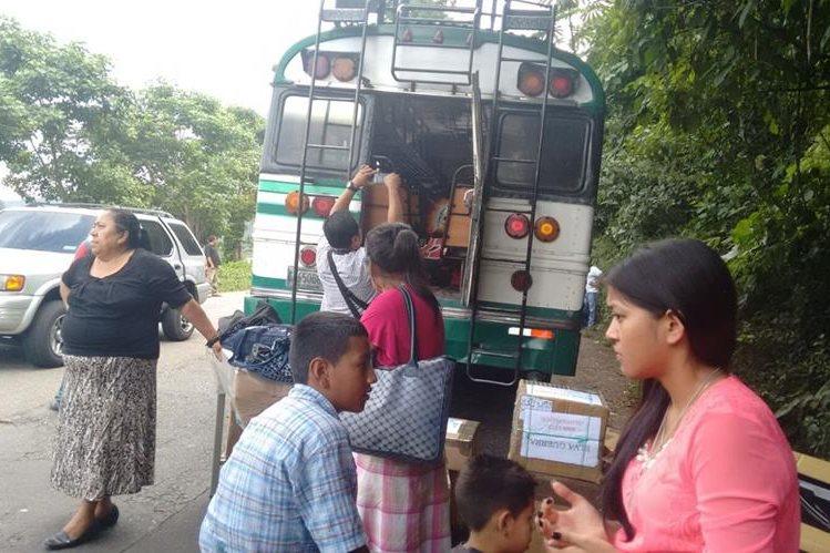 Pasajeros bajan de autobús donde dos personas murieron a balazos, en Cuilapa, Santa Rosa. (Foto Prensa Libre: Oswaldo Cardona)