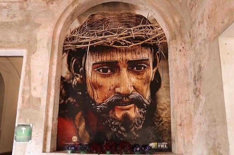 El rostro de Jesús Nazareno de La Merced luce en uno de los muros del convento mercedario. (Foto Prensa Libre: Julio Sicán)