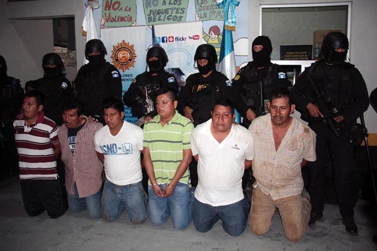Autoridades llevan a prisioneros a cárcel Granja Penal Cantel, de Cantel, Quetzaltenango. (Foto Prensa Libre: Carlos Ventura)