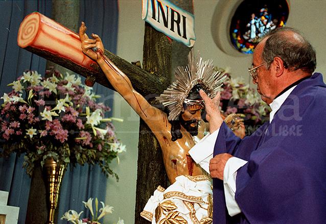 Mons. Mario Ríos Montt consagra al Señor de las Misericordias el tercer domingo de cuaresma del año 2000. (Foto: Hemeroteca PL)