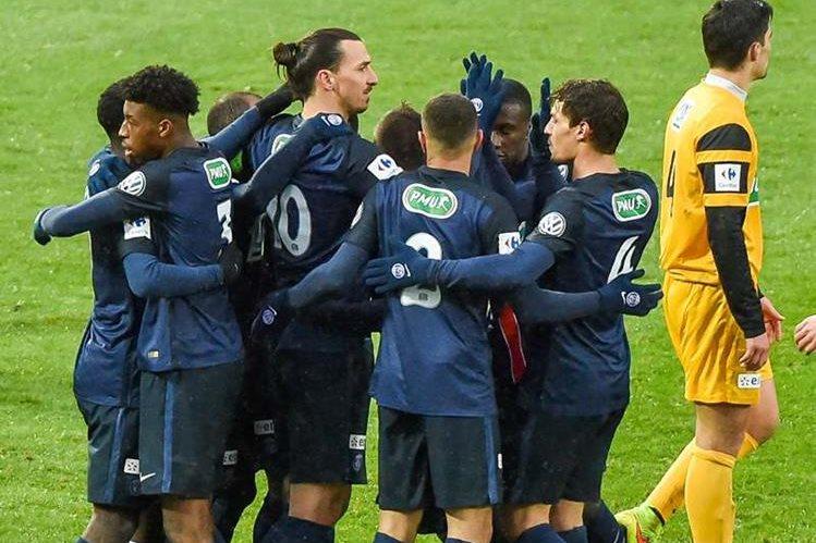 Ibrahimovic celebra con sus compañeros tras clasificarse a siguiente ronda. (Foto Prensa Libre: AFP)