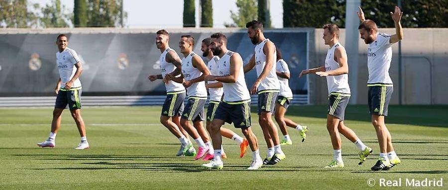 Los jugadores del conjunto blanco durante el último entrenamiento antes de enfrentar al Galatasaray. (Foto Prensa Libre: RealMadrid.Com)