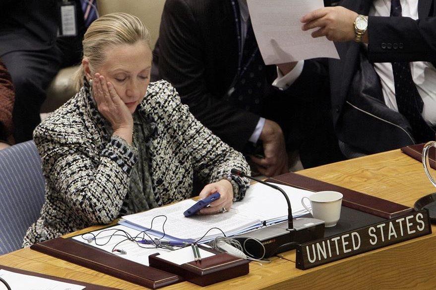 En esta fotografía del 2012, Hillary Cinton, en ese entonces secretaria de estado, revisa su telefono movil. (Foto Prensa Libre: AP).