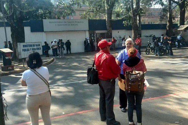 Salubristas se plantan frente al ministerio de Salud para exigir el cumplimiento del pacto colectivo. (Foto Prensa Libre: Estuardo Paredes)