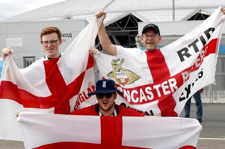 Aficionados ingleses disfrutan de la fiesta previa al juego contra Suecia. (Foto Prensa Libre: EFE)
