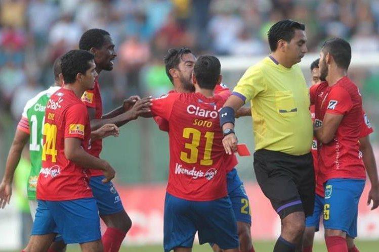 Momento en el que los jugadores de Municipal intentan calmar a su compañero Carlos Ruiz. (Foto Prensa Libre: Norvin Mendoza)