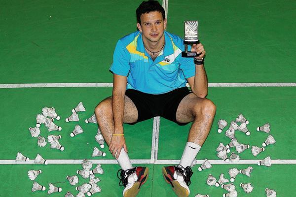 Kevin Cordón posa con el trofeo que ganó en Mercosul Internacional de Brasil. (Foto Prensa Libre: Óscar Felipe Q.)