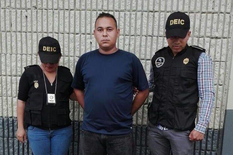 Luis Martínez Morataya fue capturado sindicado de supuestamente haber violado a una alumna de una escuela en Cuilapa. (Foto Prensa Libre: PNC)