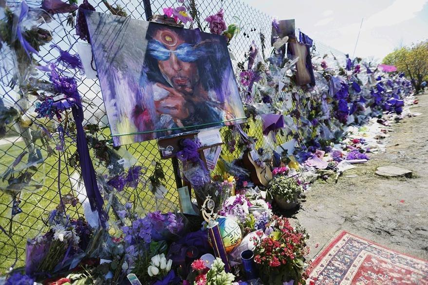 Diversos homenajes se ofrecieron  luego de la muerte de Prince. (Foto Prensa Libre: AP)