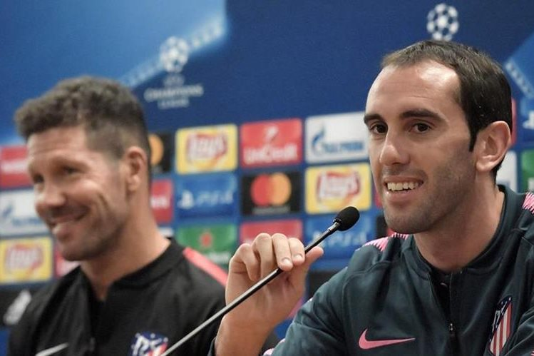 Diego Godín y Diego Simeone fueron los designado para hablar previo al duelo frente a la Roma en la Champions League. (Foto Prensa Libre: AFP)