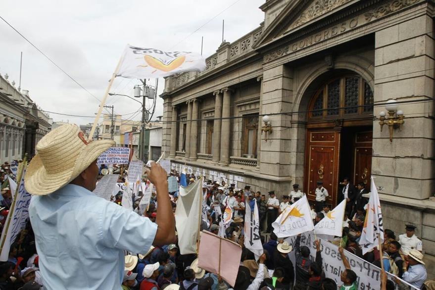 Frente al Congreso, organizaciones campesinas piden la renuncia de 15 diputados que enfrentan antejuicio por corrupción. (Foto Prensa Libre: Paulo Raquec)