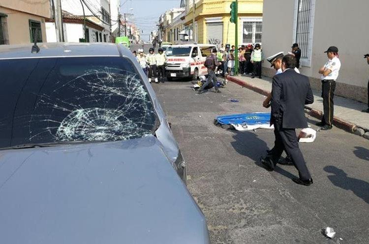 El agente Ramiro Juárez murió en el lugar. Foto Prensa Libre: Érick Ávila.