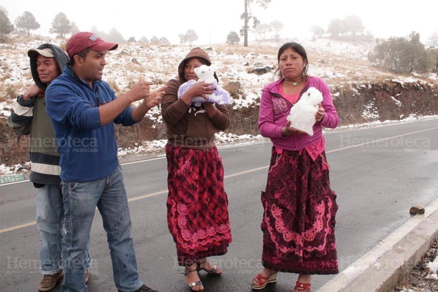 Mujeres indigenas hace figuras con el hielo  que cayo el 25/01/2013 en San Marcos . (Foto: Hemeroteca PL)