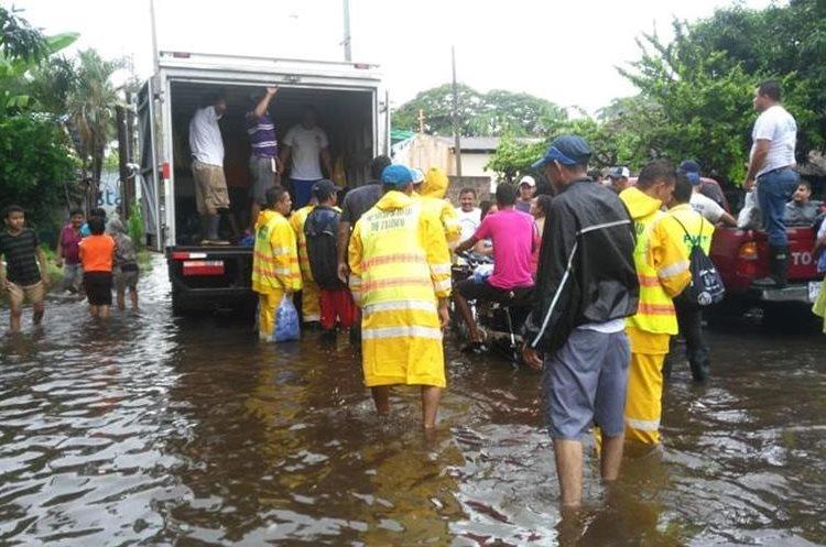 La Conred coordina la entrega de ayuda humanitaria para afectados por la lluvia en El Garitón, Taxisco, Santa Rosa. (Foto Prensa Libre: Cortesía Conred)