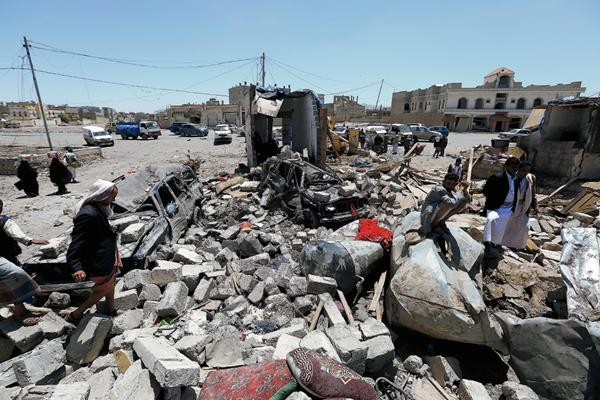 Yemeníes observan los destrozos causados por los bombardeos saudíes. (Foto Prensa Libre: