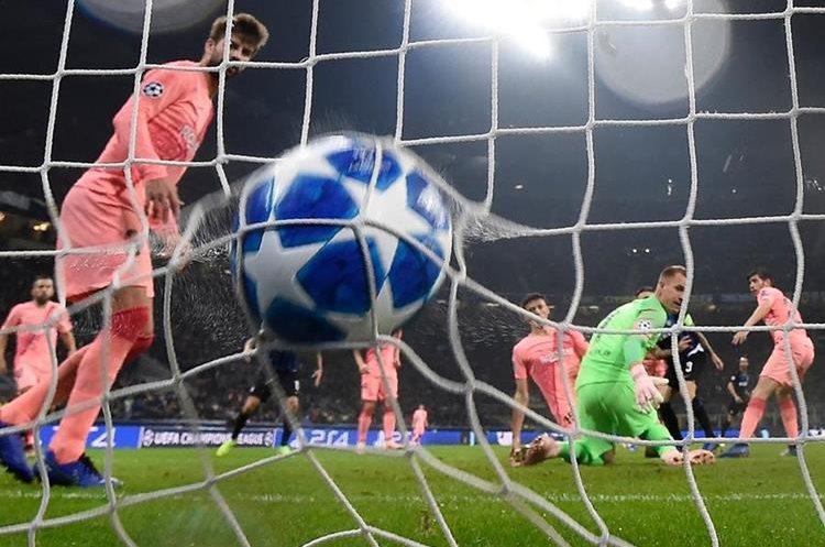 Marc-André Ter Stegen encaja el gol de Mauro Icardi. (Foto Prensa Libre: AFP)