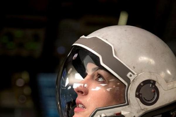 <p>Una audaz astronauta transporta al espectador a una arriesgada y emocionante aventura cósmica.</p>
