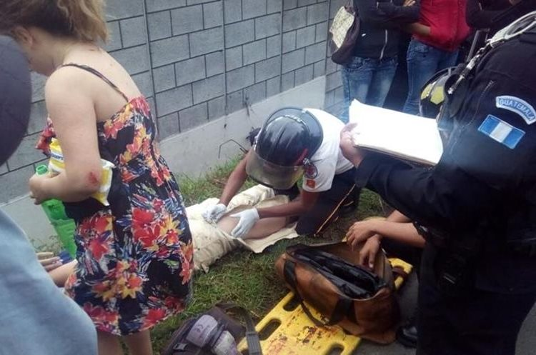 Heridos en la triple colisión son atendidos por Bomberos Voluntarios. (Foto Prensa Libre: Provial)