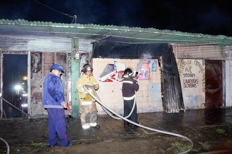 Socorristas controlan    incendio en El Tejar, Chimaltenango. (Foto Prensa Libre: Víctor Chamalé)