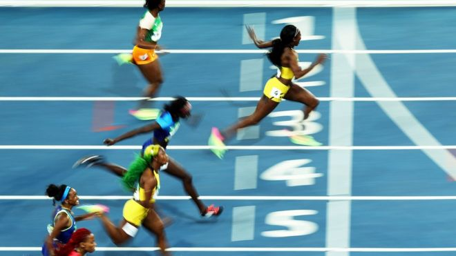 Elaine Thompson al momento de cruzar la meta. (ALL SPORT/GETTY IMAGES)