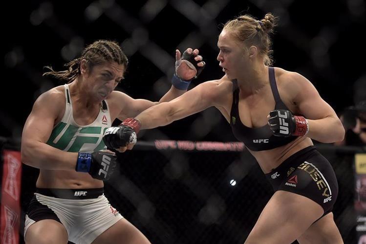 Rousey se lanzó contra su rival sin piedad alguna. (Foto Prensa Libre: AP)
