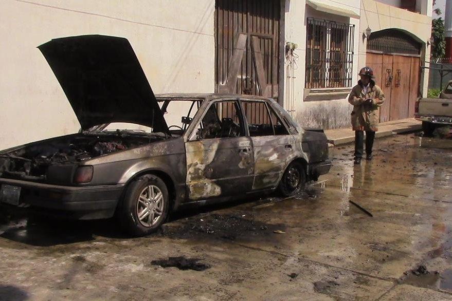 Vehículo queda destruido luego de incendio ocasionado por el yerno del propietario, en Mazatenango. (Foto Prensa Libre: Melvin Jacinto Popá)