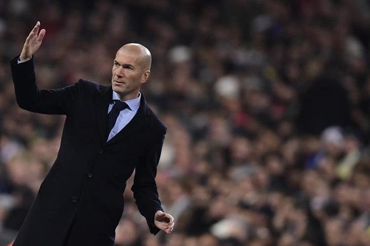 Zinedine Zidane está en problemas y deberá buscar el reemplazo de sus defensas. (Foto Prensa Libre: AFP)