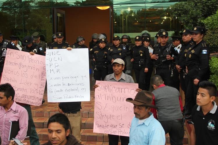 Pobladores de San Pedro Necta, Huehuetenango, exigen repetir elecciones municipales. (Foto Prensa Libre: Mike Castillo)