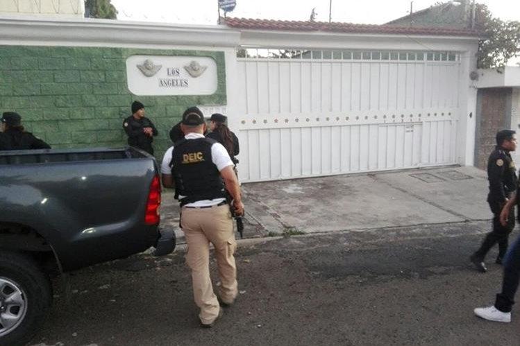 Allanamientos en busca de miembros de un grupo que se dedica a estafar a personas que venden inmuebles por internet. (Foto Prensa Libre: PNC)