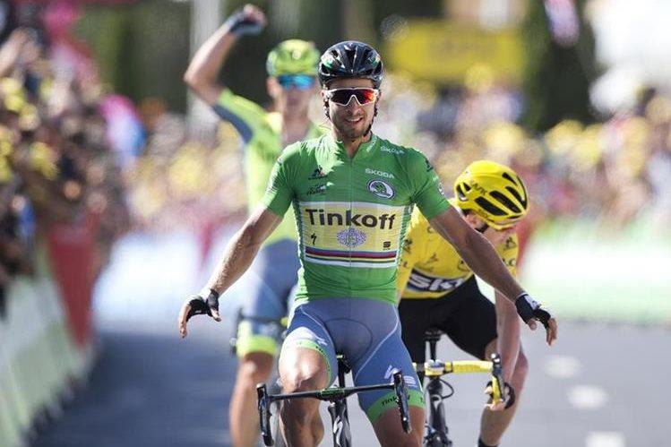El eslovaco Peter Sagan cruza la meta y gana la etapa 11 del Tour. (Foto Prensa Libre: EFE).