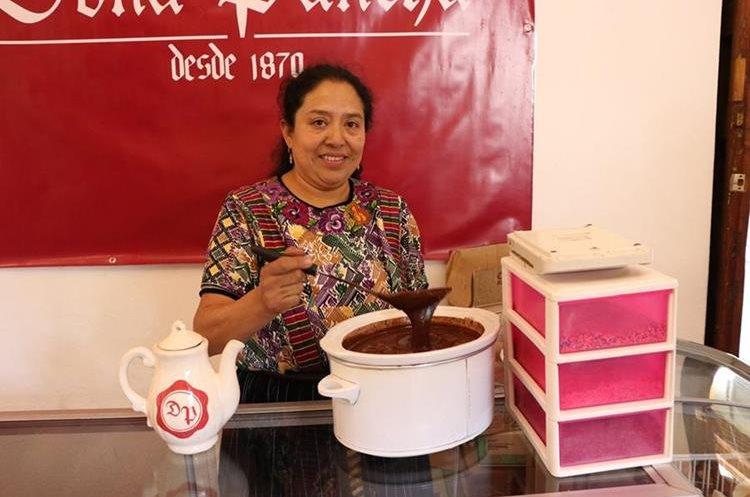 En el festival la mayoría de productores que participan son mujeres, quienes enseñan al público las diferentes presentaciones de chocolate. (Foto Prensa Libre: María José Longo).