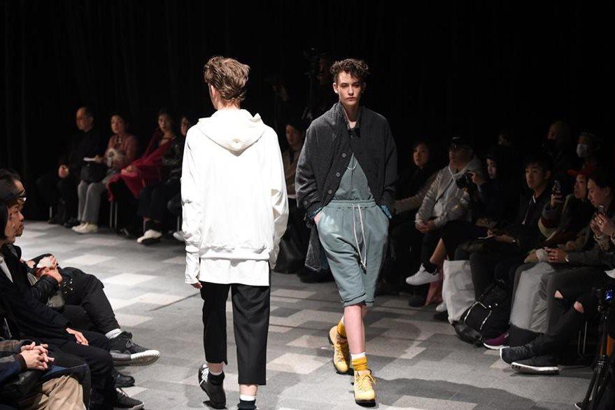 """Modelos de la colección """"Discovered"""", de los diseñadores japoneses Tatsuya Kimura y Sanae Yoshida. (Foto Prensa Libre, AFP)"""