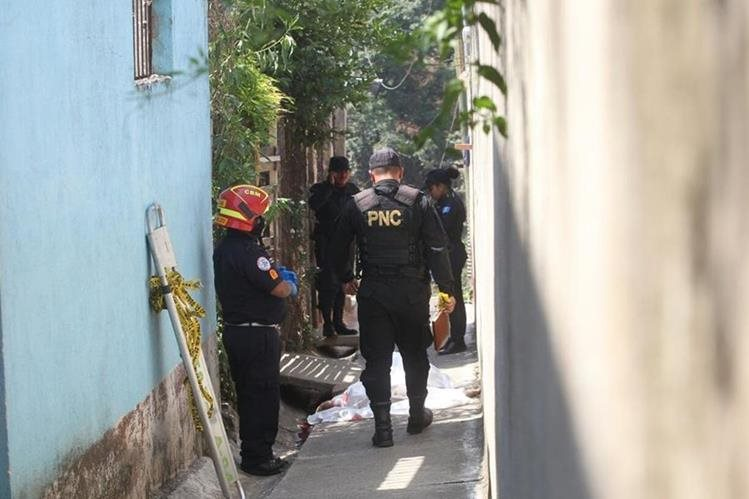 Policías y bomberos aguardan la llegada del MP al lugar. (Foto Prensa Libre: Érick Ávila)