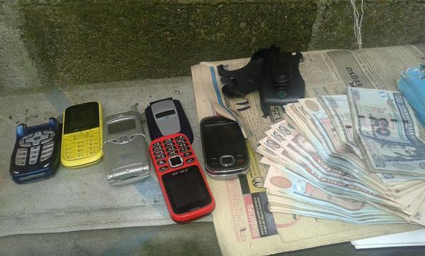 Las fuerzas de seguridad incautaron teléfonos celulares y un aproximado de Q3 mil. (Foto Prensa Libre: @MPguatemala)