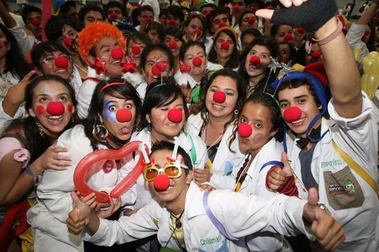 Integrantes de la Fábrica de Sonrisas invitan a la convocatoria de voluntariado. (Foto Prensa Libre: Hemeroteca PL)