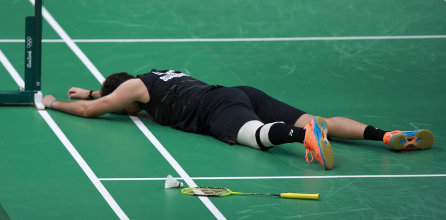 El guatemalteco Kevin Cordón sufrió la derrota en Río además del dolor de la rodilla izquierda. (Foto Prensa Libre: COG)