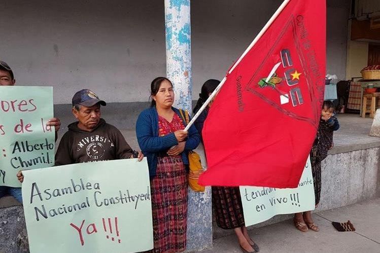 Pobladores de Sololá exigen la renuncia del presidente Jimmy Morales y la depuración del Congreso. (Foto Prensa Libre: Ángel Julajuj)