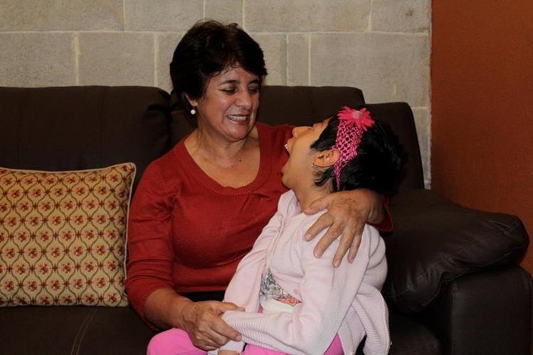 Ángela Ana Victoria junto a su madre adoptiva Angélica Henry. (Foto Prensa Libre: María José Longo).