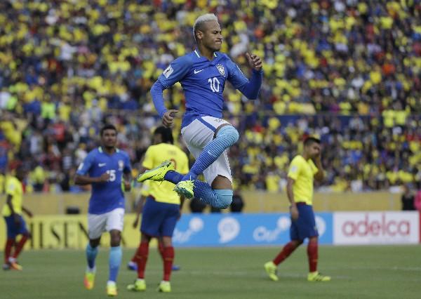Neymar fue una de las figuras para el triunfo de Brasil frente a Ecuador, en la clasificatoria a Rusia 2018. (Foto Prensa Libre: AP)