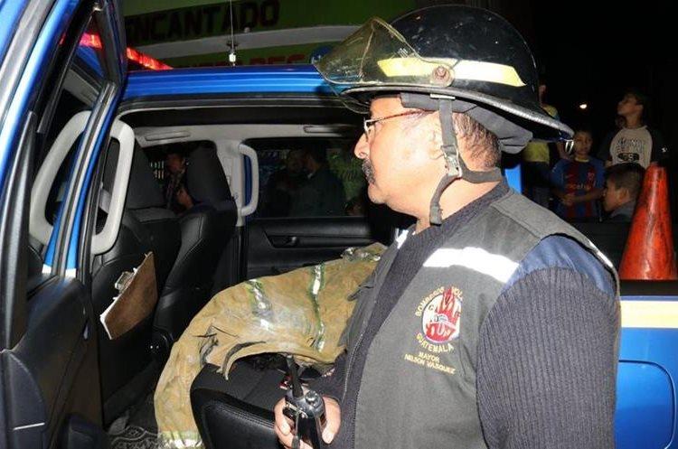 Bomberos Voluntarios coordinan las maniobras para sofocar incendio en zona 21. (Foto: Bomberos Voluntarios)