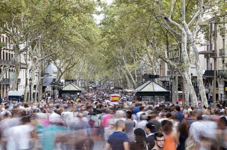 El Gobierno regional de Cataluña y el Ayuntamiento de Barcelona convocaron hoy de cara al próximo sábado una gran manifestación contra los atentados. (Foto Prensa Libre: EFE)