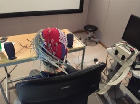 Imagen muestra casco con 64 electrodos que se usó en la investigación.