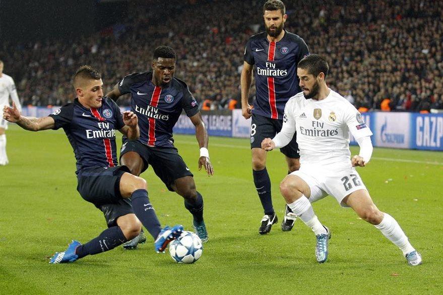 Isco Alarcón del Real Madrid intenta dejar la marca de Serge Aurier y de Thiago Motta del PSG. (Foto Prensa Libre: AP)