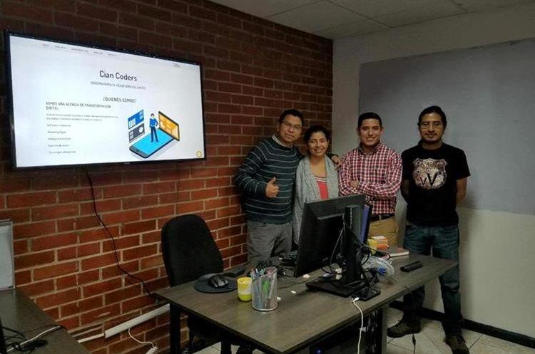 David Orozco, Cindy Hernández, Mario Chevez y Dennis Xiloj son los cuatro fundadores de Cian Coders.  (Foto Prensa Libre: María José Longo)