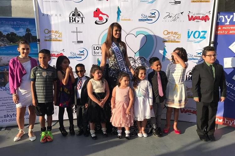 Virginia Argueta, Miss Guatemala Universo 2016, acompañada de niños durante el lanzamiento de la fundación Love and Care for Our Children, en Los Ángeles. (Foto Prensa Libre: Freddy Dávila)