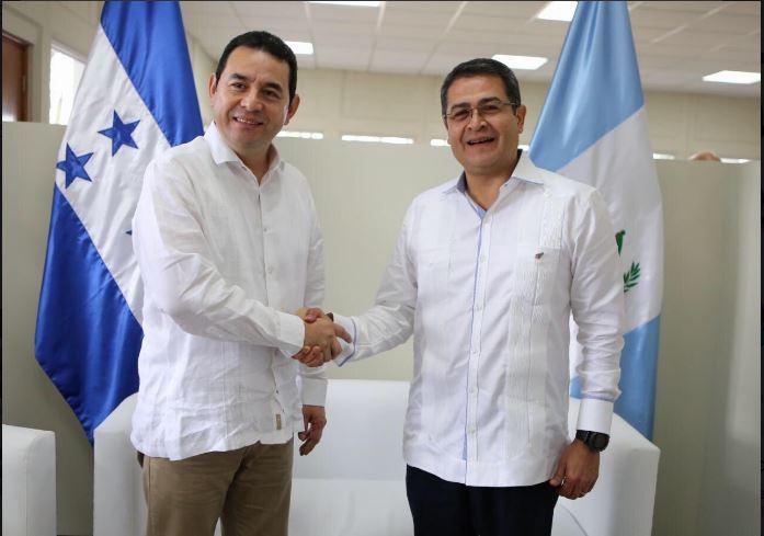 Presidentes de Honduras -d- Juan Orlando Hernández, y de Guatemala, Jimmy Morales oficializaron la unión aduanera entre ambos países. (Foto Prensa Libre: cortesía)