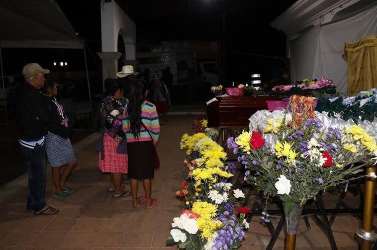 Vecinos y familiares de la familia Sánchez se acercan al altar donde son veladas las víctimas de la tragedia del Volcán de Fuego. (Foto Prensa Libre: Julio Sicán)
