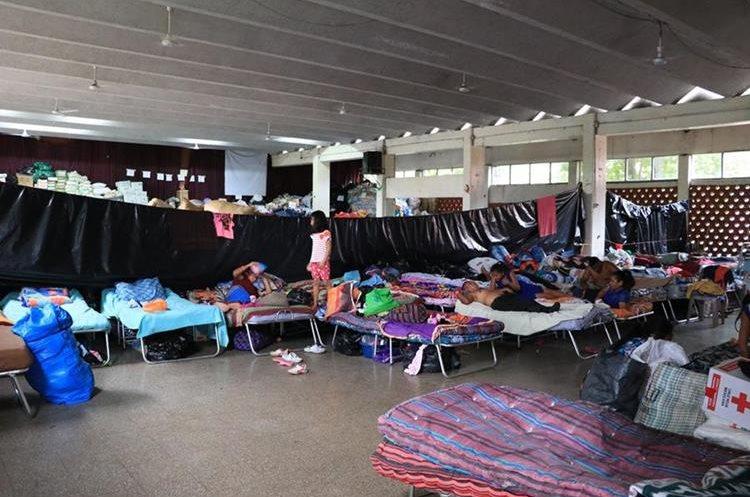 Albergue en el salón de usos múltiples del Instituto Experimental zona 1 de Escuintla. Más de tres mil personas se mantienen en esa situación. (Foto Prensa Libre: Enrique Paredes)